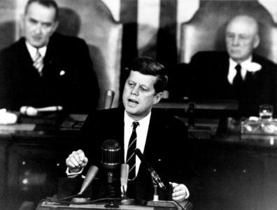 Na zdjęci John F. Kennedy przemawia w Senacie
