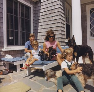 John Kennedy na wakacjach z żoną, dziećmi i psami